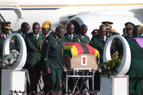 Corpo de Mugabe é recebido com honra em aeroporto