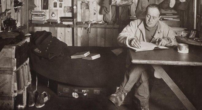 Robert Scott e seu diário, na base de Cape Evans