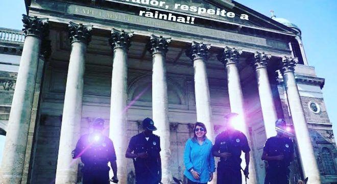Roberta Miranda 'posa' com policias e cães de guarda