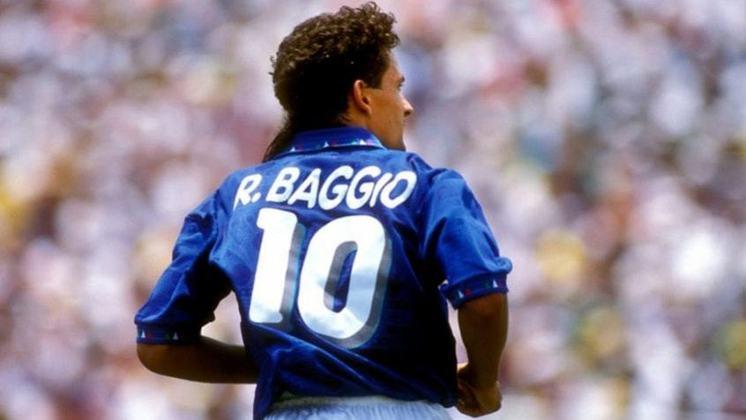 Roberto Baggio: único italiano a marcar pelo menos um gol em três Copas do Mundo, Baggio nasceu em 1967 e é um dos maiores jogadores italianos da história. Ele ficou marcado na memória dos brasileiros por ter desperdiçado o pênalti decisivo na Copa de 1994, dando o título ao Brasil.