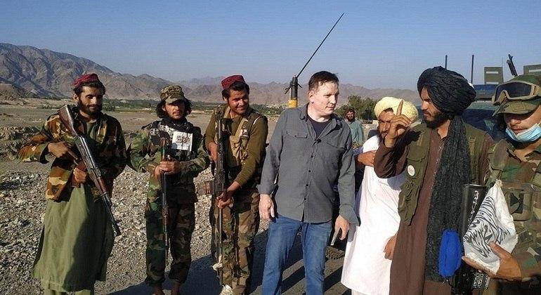 Cabrini sendo abordado pelo Talibã quando documentava a fome e a penúria em uma vila nômade afegã