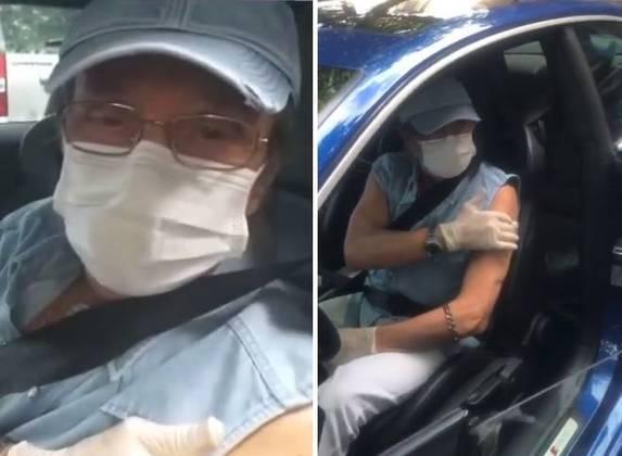 No dia 1º de março, Roberto Carlos foi a um posto de saúde na Zona Sul do Rio de Janeiro para tomar a primeira dose da vacina contra acovid-19. O cantor, que em abril completa 80 anos, chegou ao local dirigindo o próprio carro.Como de costume, o Rei estava usando camisa azul e calça branca. Ele também vestia uma máscara de proteção facial e luva descartável.Após se vacinar, ele deixou a seguinte mensagem.