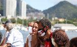 """Fãs do cantor e compositor Roberto Carlos se concentram em frente ao prédio onde reside o cantor, na Urca, na zona sul do Rio de Janeiro, para prestigiar seus 80 anos, nesta segunda-feira (19). O cantor fez um pedido aos seus fãs, através de sua assessoria de imprensa: """"Não vá até a porta do seu apartamento"""". Já é uma tradição para seus fãs levarem faixas, bolo e cantarem parabéns para o seu ídolo, na porta do seu prédio, na Urca. Em agradecimento, Roberto aparece na varanda e acena para o grupo."""