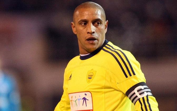 Roberto Carlos: Em 2012, anunciou aposentadoria enquanto jogava pelo Anzhi, da Rússia, assumindo a diretoria do clube. Entretanto, em 2015, o lateral-esquerdo voltou a jogar pelo Delhi Dynamos na Superliga Indiana, fazendo também a função de treinador da equipe.