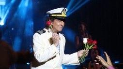 Roberto Carlos joga rosas para fãs durante show em navio luxuoso ()
