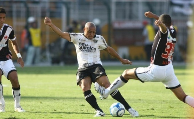 Roberto Carlos: lateral que marcou época no futebol, defendeu o Palmeiras na década de 90 e após anos atuando no Real Madrid e Fenerbahçe, chegou no Corinthians para jogar por cerca de dois anos no Alvinegro.