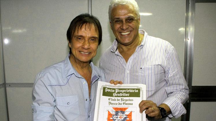 Roberto Carlos também foi presenteado em 2011 com o título de Sócio Proprietário Benfeitor do clube. O então presidente do Vasco, ROBERTO DINAMITE (que já foi a diversos shows do xará), entregou a ele a honraria.