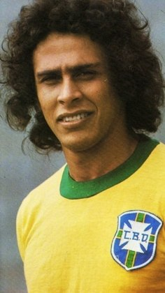 ROBERTO DINAMITE estendeu seu arsenal à Seleção Brasileira. O artilheiro marcou 20 vezes com a amarelinha. Os mais emblemáticos vieram na Copa de 1978: ele fez o gol da vitória por 1 a 0 sobre a Áustria, que classificou o escrete para a fase seguinte. Também anotou dois no 3 a 1 diante da Polônia, mas o time de Cláudio Coutinho perdeu a vaga para a Argentina no saldo de gols.