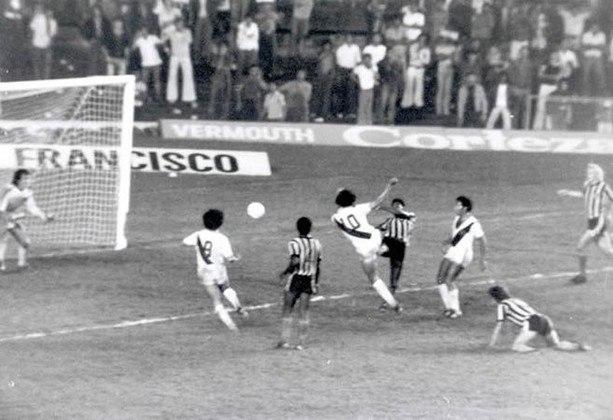 Roberto Dinamite fez gol histórico em 1976 contra o Botafogo após dar um chapéu em Osmar Guarnelli pelo Campeonato Carioca. Na partida, o Gigante da Colina empatava por 1 a 1, quando o craque fez uma jogada desconcertante e estufou a rede decretando a vitória.
