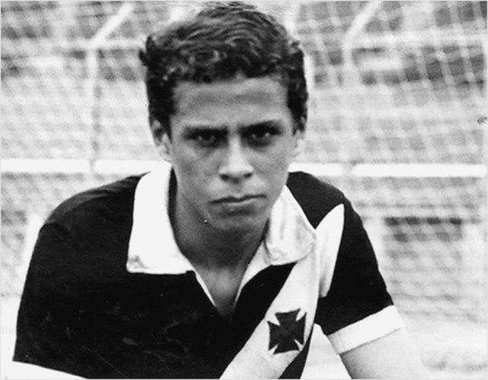 Roberto fez sua primeira partida profissional contra o Bahia, no dia 14 de novembro de 1971, com dezessete anos.
