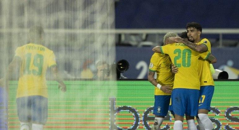 Roberto Firmino empatou o jogo. Depois da bolada no árbitro, que desconcentrou a Colômbia