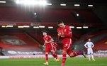 O Liverpool superou os vários desfalques, incluindo o artilheiro Mohamed Salah e o capitão Jordan Henderson, para derrotar o Leicester por 3 a 0, no Anfield Road, neste domingo (22), em duelo válido pela nona rodada do Campeonato Inglês. O atacante brasileiro Roberto Firmino marcou um dos gols do fácil triunfo. Diogo Jota e Evans (contra) fizeram os outros. Com o resultado, a equipe se igualou ao líder Tottenham na pontuação do campeonato. Agora, ambos têm 20 pontos