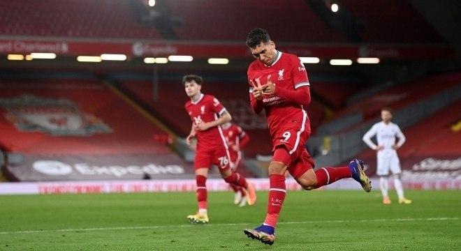 Firmino marca um dos gols do Liverpool na vitória por 3 a 0 sobre o Leicester