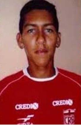 Roberto Firmino, também conhecido como Bobby, nasceu em 2 de outubro de 1991, em Maceió, Alagoas. Seu primeiro clube foi o CRB, nas categorias de base.