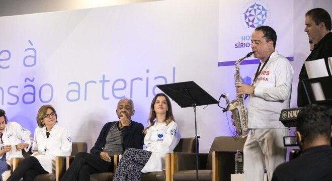 Gilberto Gil se emociona ao ouvir Roberto Kalil Filho tocar sua canção