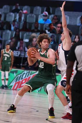 Robin Lopez (Milwaukee Bucks) 4,0 - Foram apenas dois minutos em quadra, sem efeito algum na partida