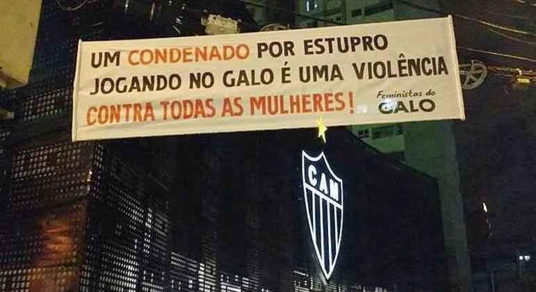Faixas espalhadas por Belo Horizonte deixaram insustentável a situação de Robinho