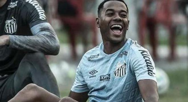 Robinho treinava no Santos. Apostava que a condenação de estupro não chegaria ao Brasil