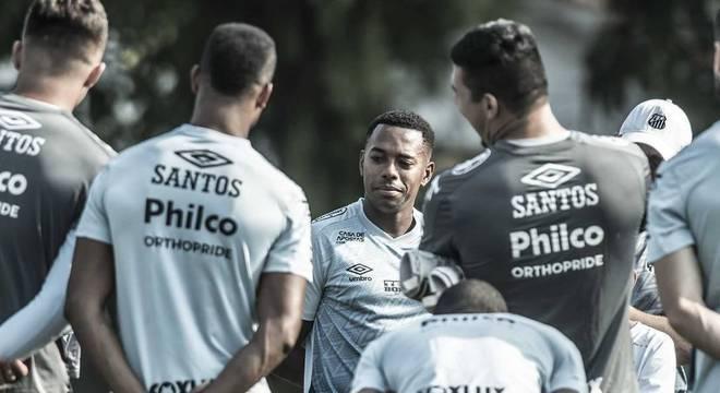 Robinho estava treinando com os jogadores santistas. Contrato foi suspenso