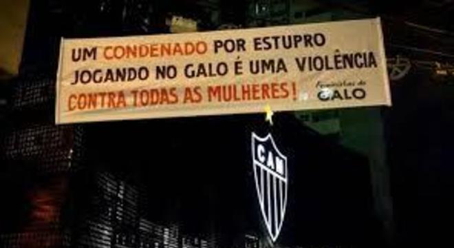 É esse tipo de protesto que tirou Robinho do Brasil. Feministas de prontidão