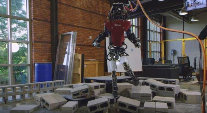 Robôs humanoide caminham por pisos irregulares