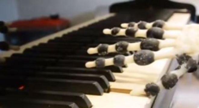 Mão criada em impressora 3D pode ser usada por robô para tocar piano