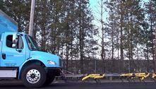 Robôs trabalham juntos para puxar um caminhão que pesa toneladas