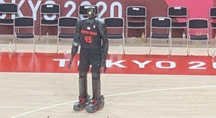 Robô cestinha vira atração em Tóquio 2020