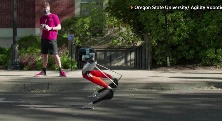 Robô chamado Cassie bate recorde de tempo em corrida de 5 km