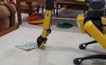 No vídeo, o Spot aparece recolhendo roupas sujas que estavam jogadas no chão de uma casa com seu braço mecânico instalado nas 'costas'