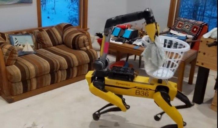 Depois de recolher as peças, o robô todas elas em um cesto de roupas sujas que ele mesmo está carregando