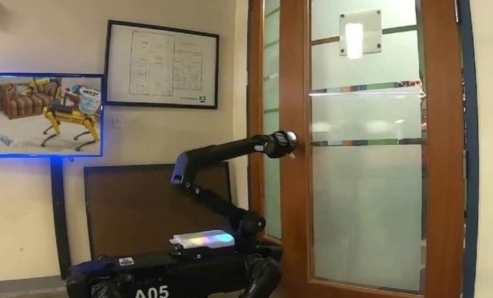 O dispositivo da Boston Dynamics também conseguiu abrir uma porta com muita facilidade para sair de um ambiente, algo que foi demonstrado em outros vídeos publicados pela empresa