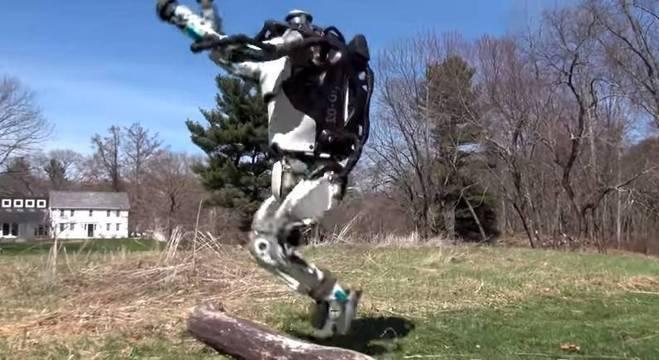 Modelo Atlas consegue correr sobe um gramado e até saltar obstáculo pelo trajeto