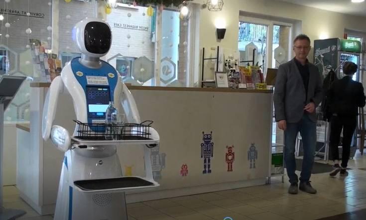 Robôs são atrações em restaurante futurista de Budapeste