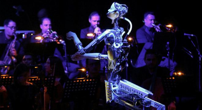 Robô maestro rege orquestra na Sharjah Performing Arts Academy, em Sharjah