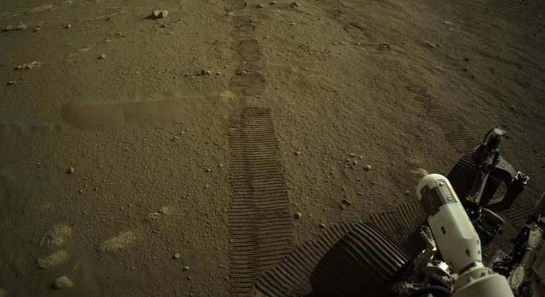 Foto fornecida pela NASA mostra marcas de pneus deixadas pelo rover Perseverance Mars, da NASA. O robô se moveu pela primeira vez desde o pouso em Marte em 18 de fevereiro