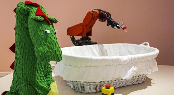 'Fantasia' de dragão faz robô que dá mamadeira parecer um pouco mais amigável