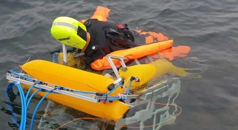 Robô levou o manequim para a costa pelo caminho mais rápido e acionou o resgate local