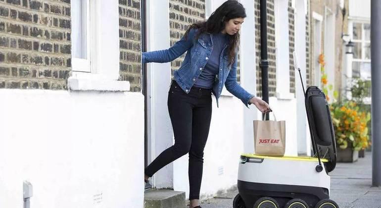 Um robô da empresa Starship realizando uma entrega de comida