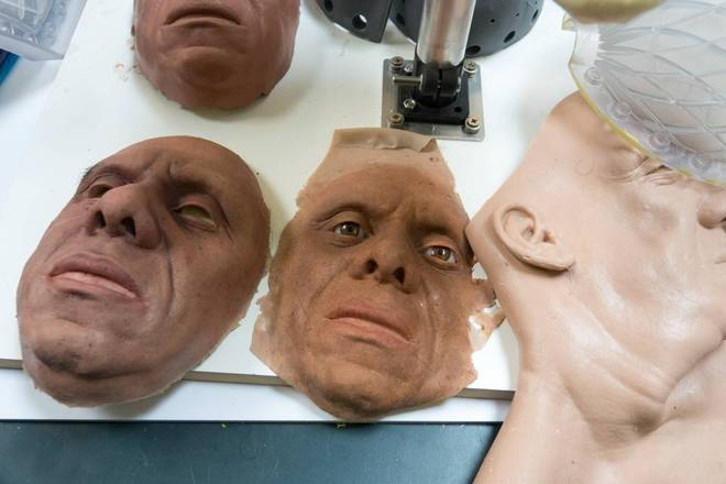 Na imagem acima, você pode notar o perfeccionismo dos protéticos para reproduzir as feições humanas no robô