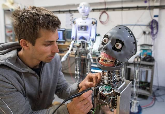 O processo até o robô Fred ficar pronto, porém, é longo e exige o trabalho minucioso de engenheiros, especialistas em próteses robóticas e protéticos