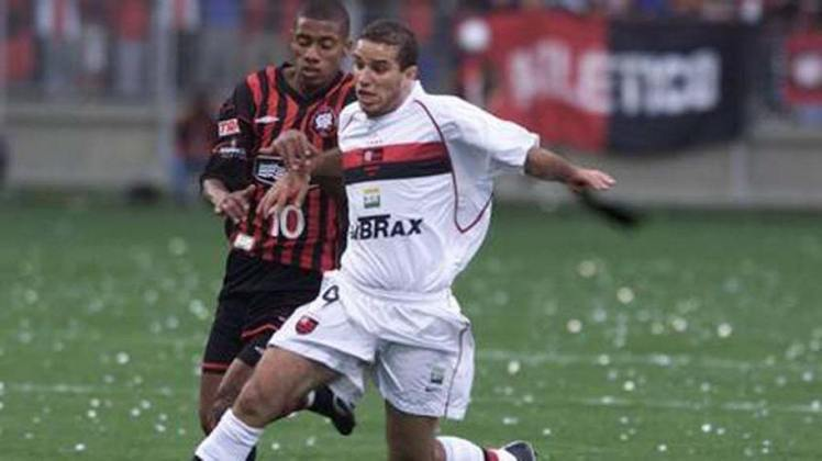 Rocha - O volante começou a carreira no Flamengo em 99, ficando até 2002. Atuou em clubes como Portuguesa, Vila Nova e Paysandu, e encerrou a carreira em 2013 no interior paulista. Hoje, aos 42 anos, anda afastado do futebol.