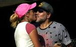 A morte de Diego Maradona continua repercutindo pelo mundo. De acordo com informações da mídia argentina, o ex-craque, que não resistiu a uma parada cardiorrespiratória, estava muito triste em seus últimos dias de vida. O motivo? Ele tentava, em vão, se reconciliar com sua ex-namorada