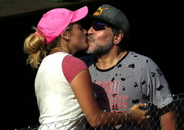 Bastante consumista, Maradona também era bastante generoso na hora de presenciar as pessoas amadas. Sua última namorada, Rocío Oliva, ganhou inúmeros 'mimos' do craqueLEIA MAIS:Ex-namorada 30 anos mais nova fez Maradona morrer agoniado e triste