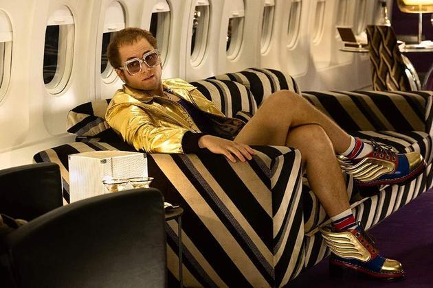 Rocketman (2019)Por meio de flashbacks, o longa conta a história de Elton John. Perpassando pela época de prodígio na Royal Academy of Music até o sucesso mundial. Além disso, o filme exibe os problema do músico com substâncias, como álcool e cocaínaVeja:Elton John faz 74 anos, com loucuras como briga com Stallone