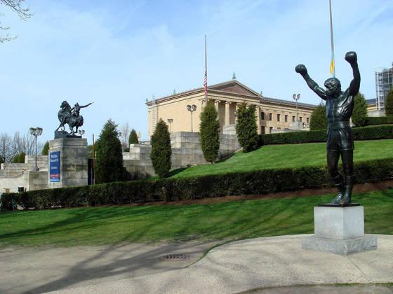 A franquia Rockyse passa na Filadélfia, e, em 1982, uma estátua do personagem foi encomendada por Stallone para o terceiro filme, que foi colocada no topo dos famosos degraus que o protagonista sobe ao som de Gonna Fly Now. A estátua de bronze continua lá, como uma locação turística, e a escadaria ficou conhecida como os 'Degraus de Rocky'