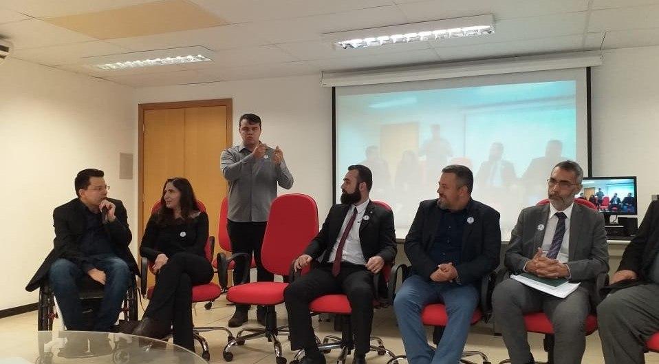Thiago Helton palestrando na roda de conversa em meio a outros representantes.