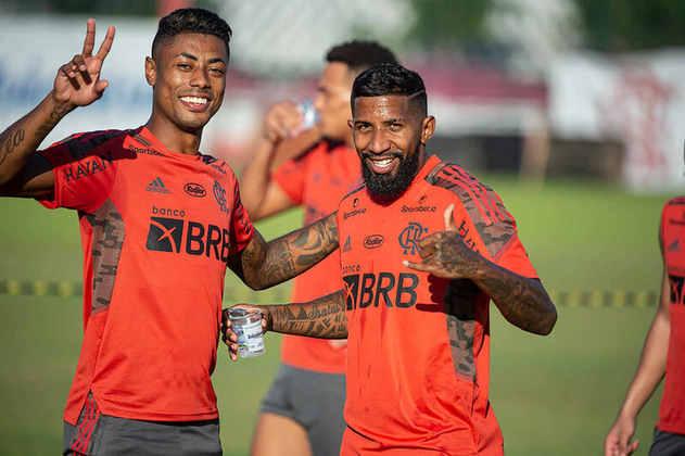 Rodinei está de volta ao Flamengo! Após quase um ano e meio no Inter, o lateral retornou de empréstimo e se reapresentou no Ninho do Urubu, nesta quarta-feira. Com a alegria de sempre, ele foi bem recebido pelos companheiros.