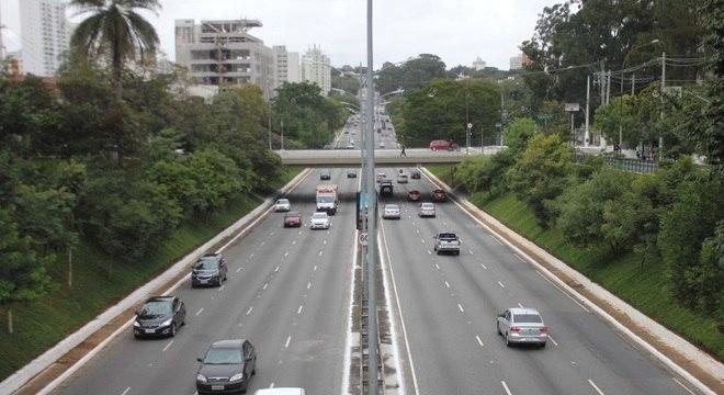 Trânsito de veículos na av. Rubem Berta, zona sul de SP, nesta quinta-feira (7)