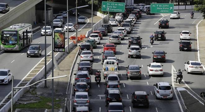 Motoristas enfrentam congestionamento na região central nesta segunda-feira
